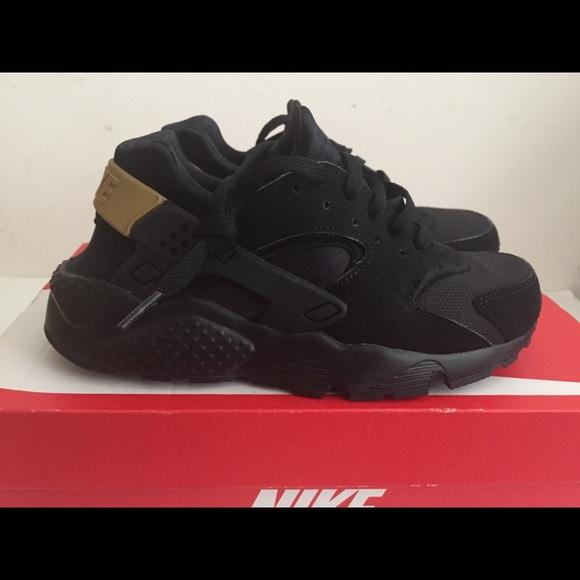 1defa5d5980c Nike Air huarache Run Black Gold size 6y. M 5a634eea3316276b6fb5d61c
